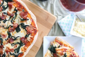 Grilled pizza with spinach and bacon